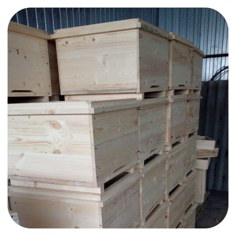 Фото 2. Ульи для пчел на 12 и 16 рамок Дадана-Блатта по Госту 1979 года