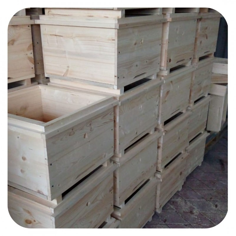 Фото 3. Ульи для пчел на 12 и 16 рамок Дадана-Блатта по Госту 1979 года