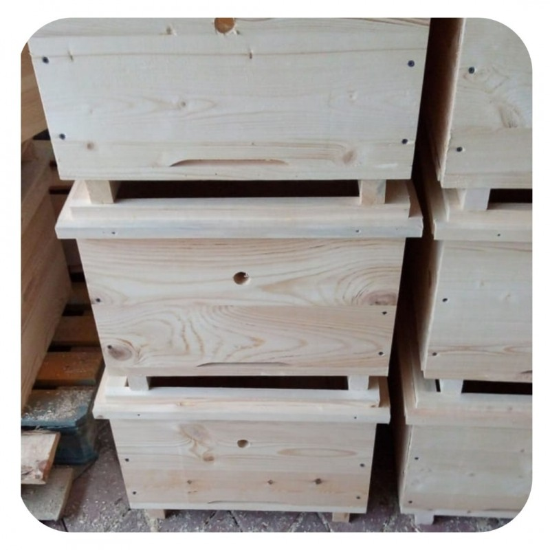 Фото 6. Ульи для пчел на 12 и 16 рамок Дадана-Блатта по Госту 1979 года